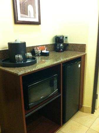 Ayres Hotel Chino Hills: convenient small bar area