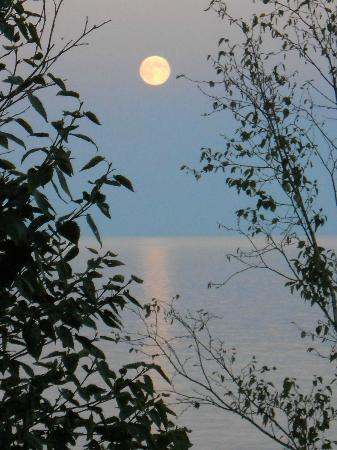 Cove Point Lodge: Full Moon over Lake Superior