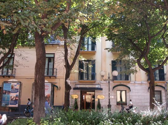 Hotel Villa Di Sorrento: The front of the building