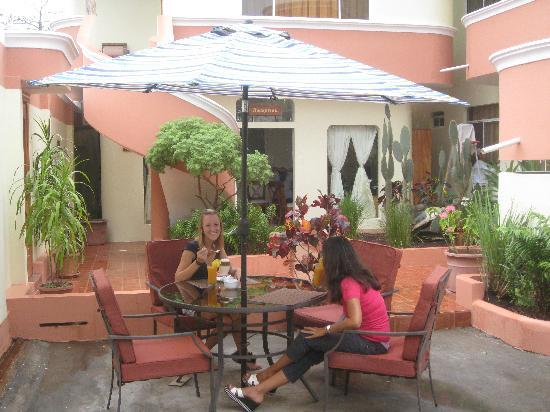 Hotel del Sol Galápagos: pasajeros Desayunando