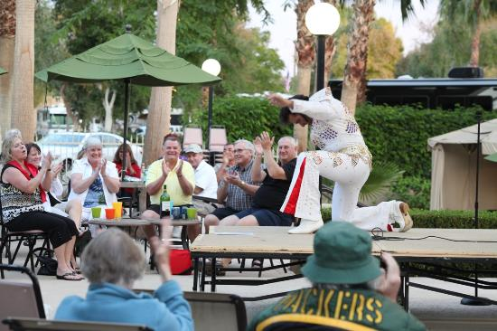 Emerald Desert RV Resort: Concerts by the Pool