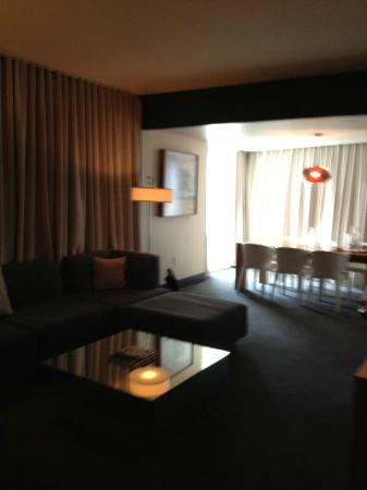 W Dallas Victory Hotel: Living/Dining area