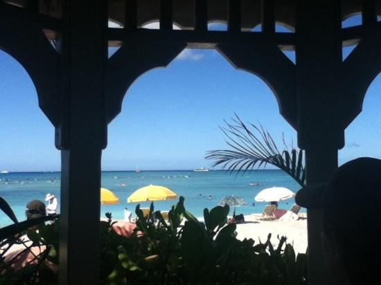 Moana Surfrider, A Westin Resort & Spa: By the chappel side