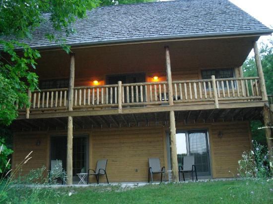 Chanticleer Guest House: Back view of the cabin