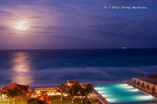 Crown Paradise Club Cancun : Blue Moon over Cancun