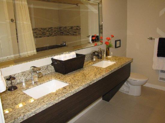 Cowichan Bay Guest Suites: Washroom
