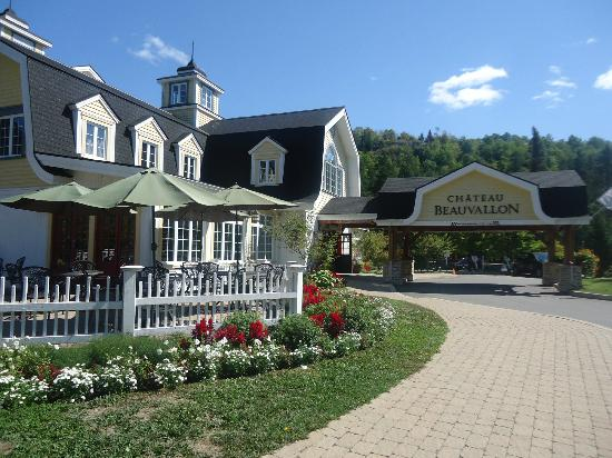 Chateau Beauvallon Mont Tremblant: Front View of Hotel
