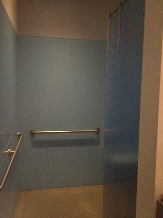 The Keating Hotel by Pininfarina: Walk-in open shower