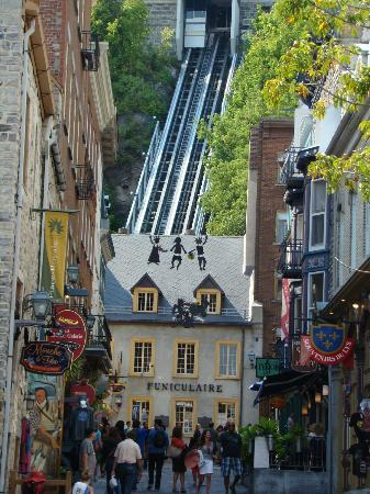 Quartier Petit Champlain: funicular to the upper town in background
