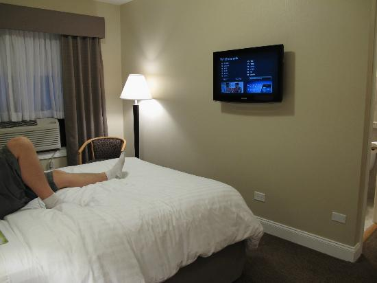 Hotel Versey - Days Inn Chicago: Perfect spot for watching TV in bed