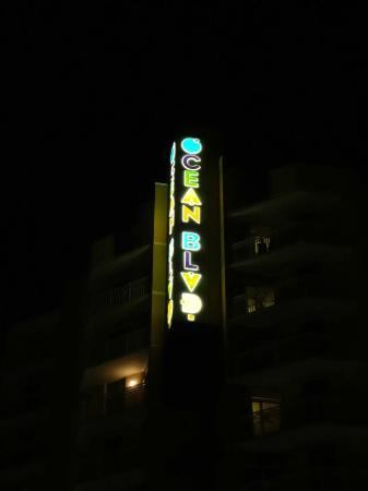 Wyndham Ocean Boulevard: Night sign