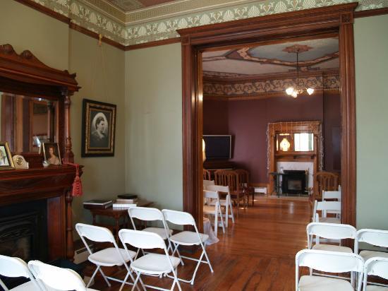 Lumber Baron Inn & Gardens: Front Room