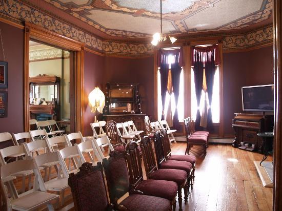 Lumber Baron Inn & Gardens: Parlor