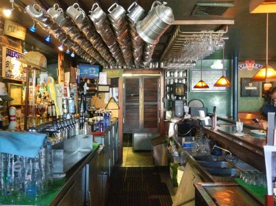 Porter's Pub: Facing the kitchen at the bar.