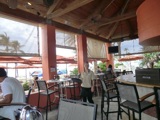 Hollywood Beach Marriott: Outside dinning / bar area near the pool & beach