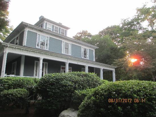 Captain's Manor Inn: setting sun