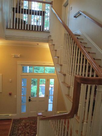 Captain's Manor Inn: elegant staircase