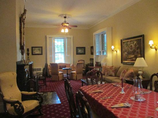 Captain's Manor Inn: dining/living room