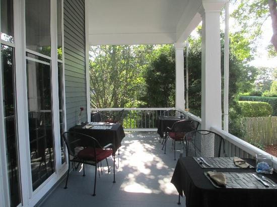 Captain's Manor Inn: veranda