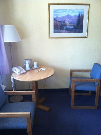Rodeway Inn and Suites: sitting area in studio unit