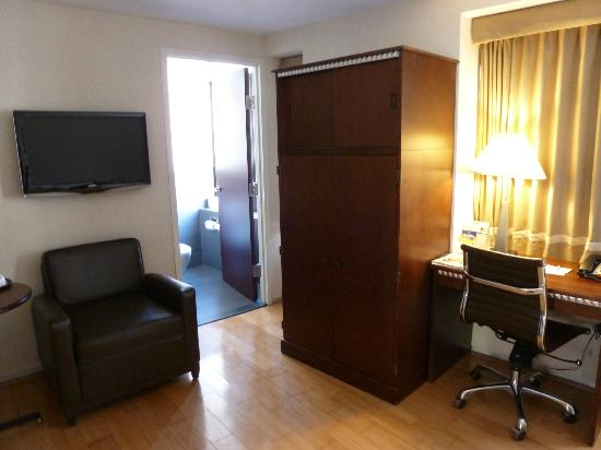 BEST WESTERN Bowery Hanbee Hotel: More of the TV/desk area