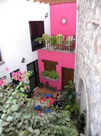 Villa Sueno Azul: Patio and dining area