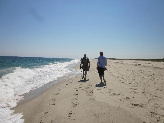 Nauset Inlet : walking along the soft sand at nauset