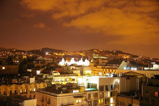 Hotel HCC Regente: 屋上からはライトアップされたカサミラがよく見えます。