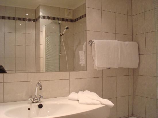 Kviknes Hotel: baño de la habitación