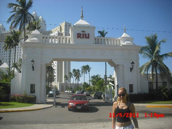 Hotel Riu Emerald Bay: front of resort