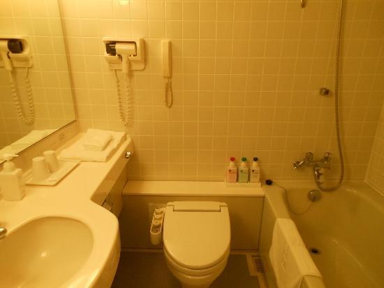 Towada Hotel : 使いやすいバスルーム。眺めの良い大浴場があります。