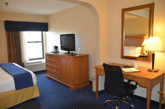 Holiday Inn Express Waynesboro - Rt. 340 : TV and desk area