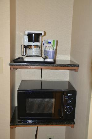Holiday Inn Express Waynesboro - Rt. 340 : Microwave and coffee maker in the room