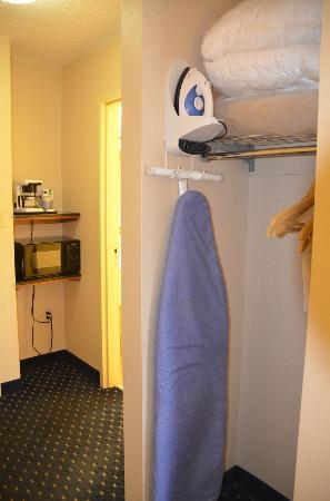 Holiday Inn Express Waynesboro - Rt. 340 : Microwave, coffee maker and closet with ironing board/iron