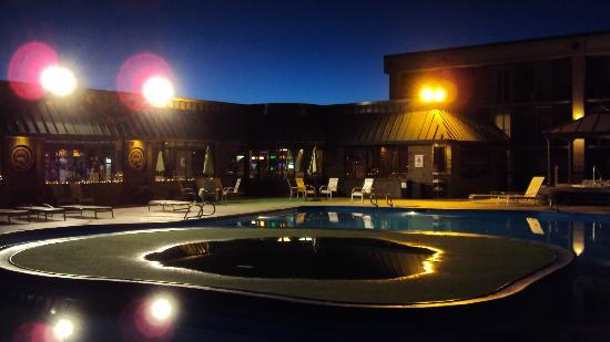 Howard Johnson Plaza Yakima/Near Convention Center: The Pool after sunset