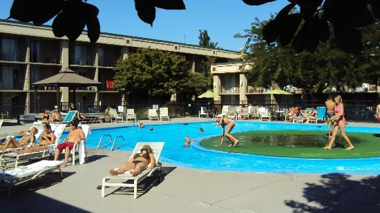 Howard Johnson Plaza Yakima/Near Convention Center: The Pool has a southern exposure