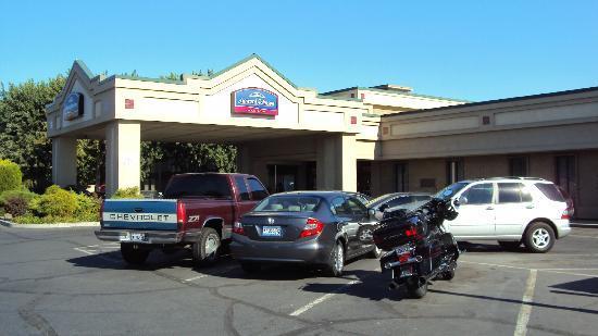 Howard Johnson Plaza Yakima/Near Convention Center: HoJo Yakima's front entrance