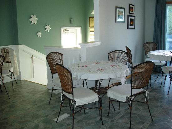 Newcastle Country Inn: Lovely kitchen tables / dining area by front entrance