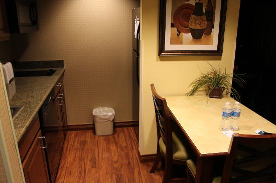 Homewood Suites Denver International Airport: Kitchenette