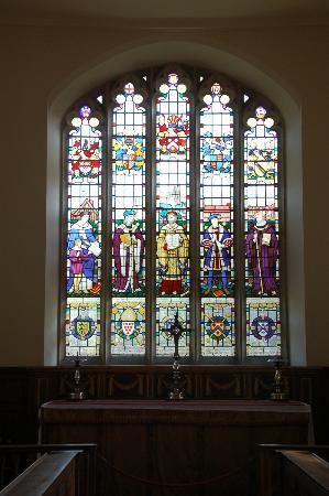 The Guild Chapel: ギルド教会祭壇上部のステンドグラス