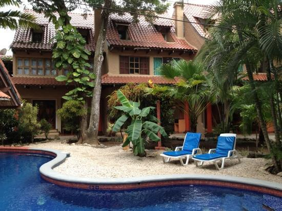 Hotel El Manglar: Swimming pool area and the rooms behind