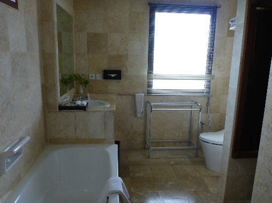 Hotel Kumala Pantai: bathroom