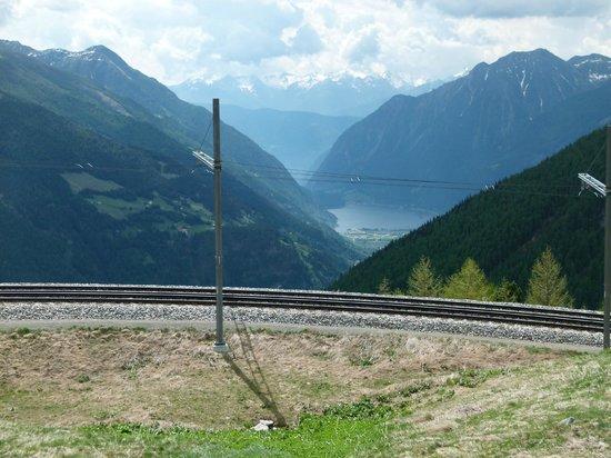Bernina Express: Vue depusi Alp Grum vers Poschiavo et son lac. Le train va y descendre.