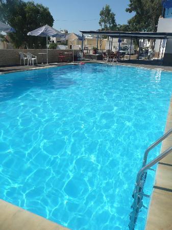 Hotel Thirasia: une petite vue de la piscine