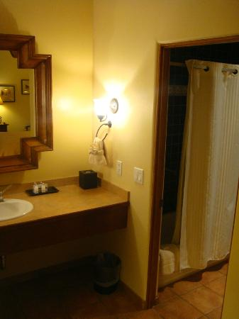Old Santa Fe Inn: Standard room bathroom area