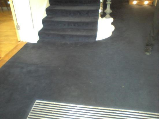 Kensington House Hotel: The floor was not hoovered and pungent smell