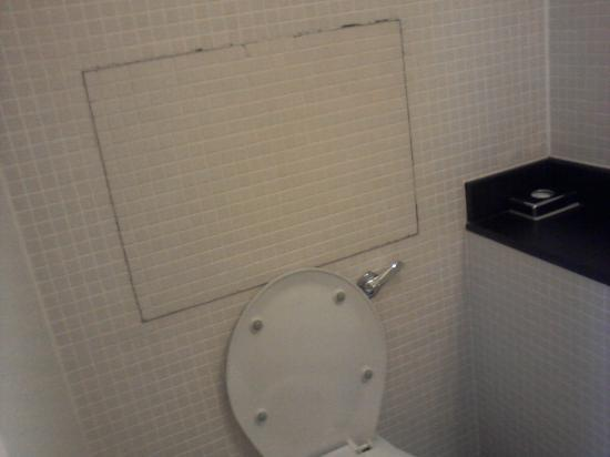 Kensington House Hotel: State of the tiny bathroom
