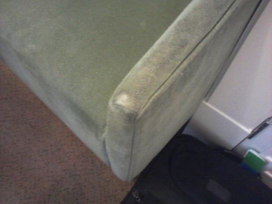 Kensington House Hotel: Sofa worn out in the bedroom
