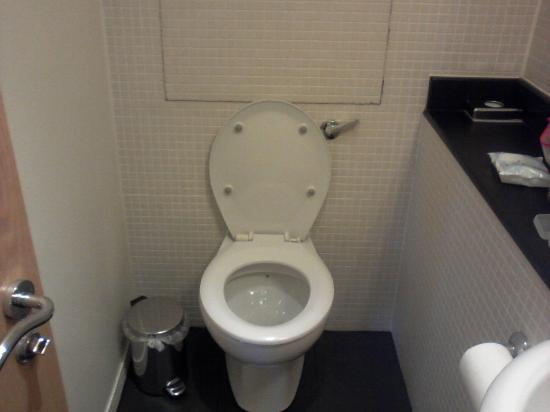 Kensington House Hotel: Toilet