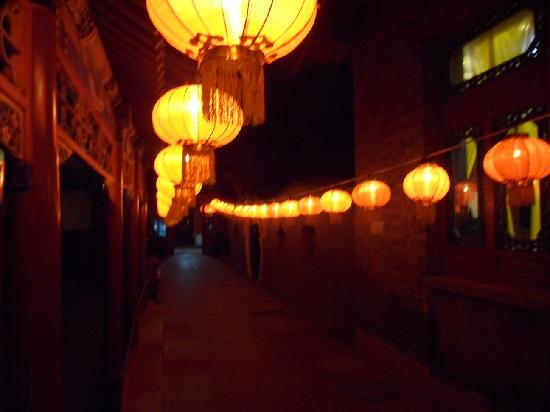 Bamboo Garden Hotel: paper lanterns lit the way